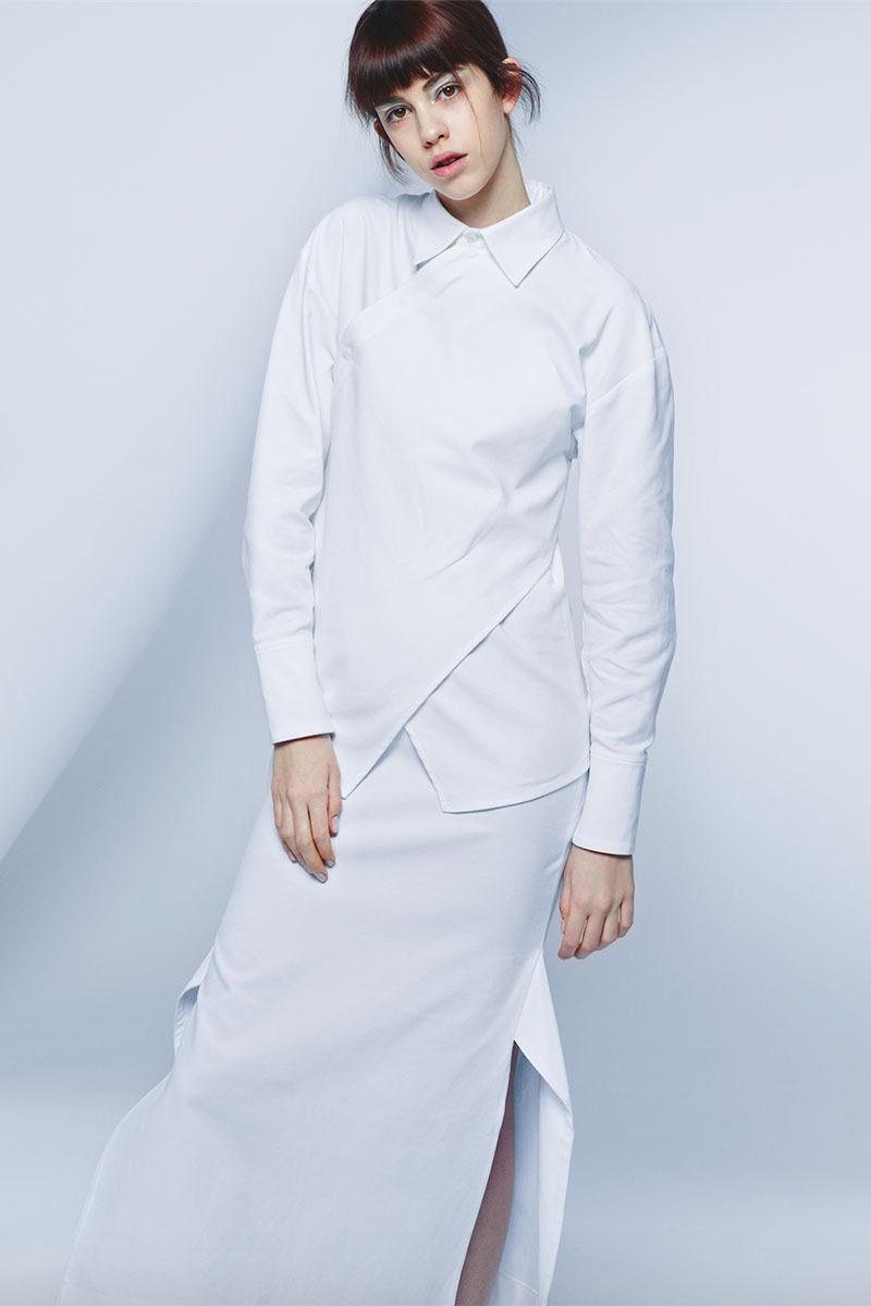 Camisa (945€) y falda (725€) de STELLA MCCARTNEY.