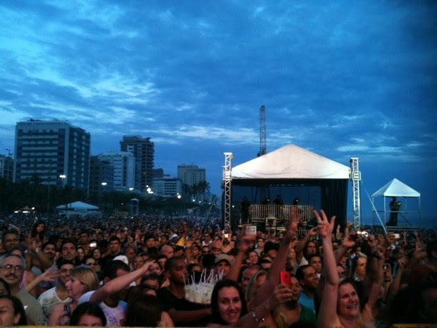 Milhares de pessoas assistem ao show da Blitz nas areias de Ipanema (Foto: Lívia Torres/G1)
