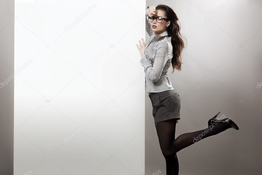 Sexy businesswoman next to the white board by Konrad Bąk - Foto Stock