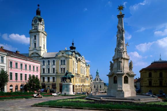 Dreifaltigkeitssäule und Sebastianskirche am Szechenyi Platz in Pécs, Baranya, Ungarn