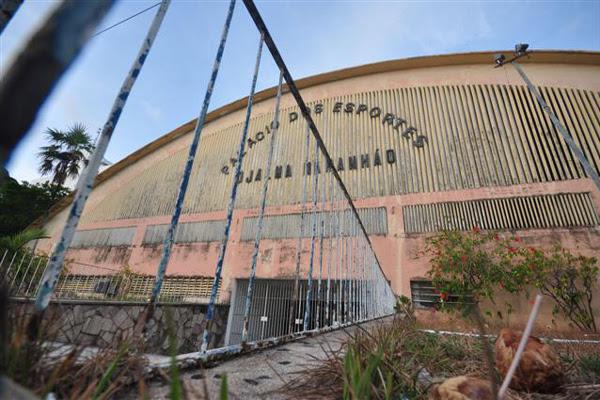 O ginásio Palácio dos Esportes sofre com o abandono há vários meses e a reforma não saiu do papel