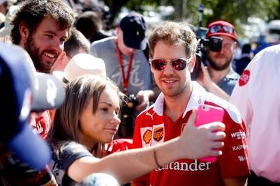 SMA149 MELBOURNE (AUSTRALIA) 17/03/2016.- El piloto alemán de Fórmula Uno Sebastian Vettel (c), de Ferrari, posa para un selfi a su llegada al circuito Albert Park para preparar el Gran Premio de Australia de Fórmula Uno en Melbourne (Australia) hoy, 17 de marzo de 2016. La carrera se disputará el próximo 20 de marzo. EFE/Diego Azubel