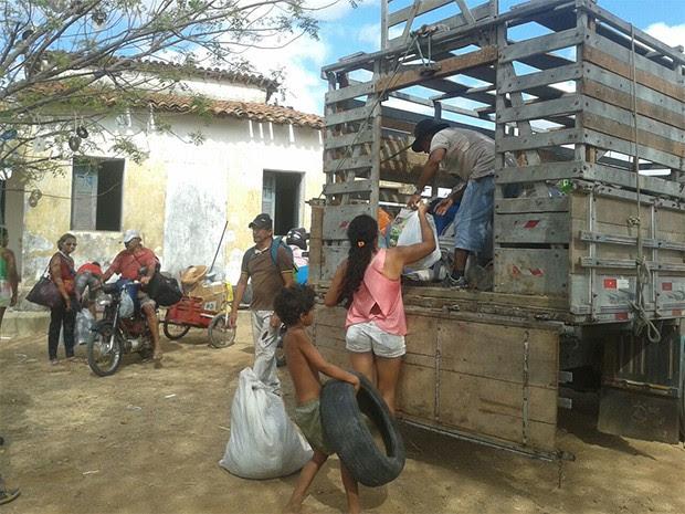 Famílias começaram a desocupação da sede da Emparn nesta quarta-feira (9) (Foto: Jair Sampaio)