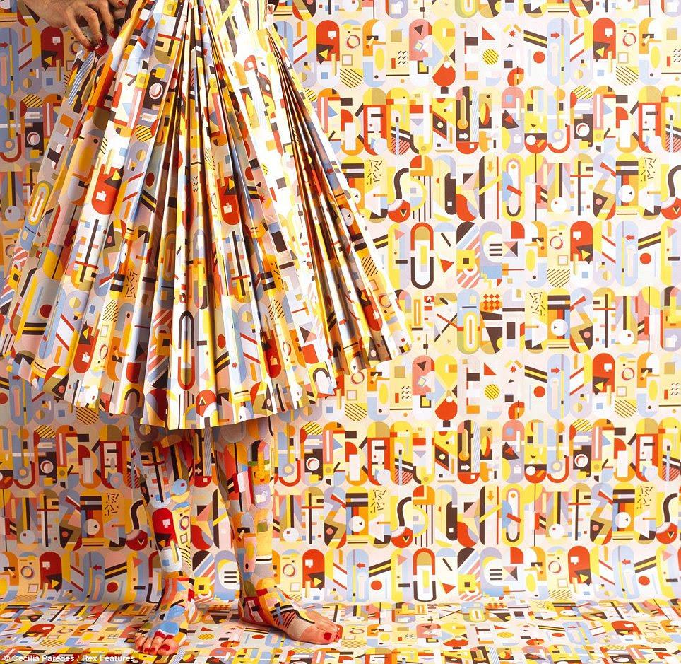 Absract design: Esta imagem impressionante apresenta um saia plissada que foi feita a partir do papel de parede mesmo como pano de fundo