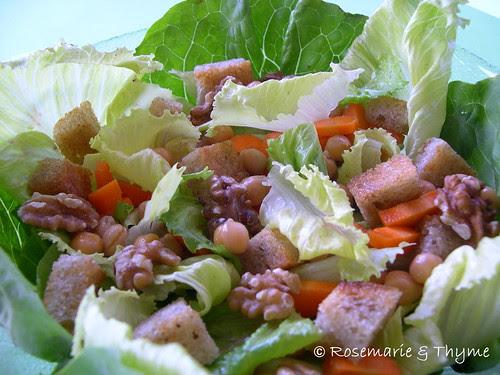 DSCN2227 - Caesar salad_mtc con ceci carote e noci