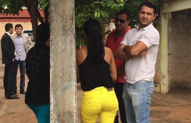 Menor chegou à delegacia acompanhada de suspeito de estupro coletivo, com quem está namorando em Indiara, Goiás (Foto: Vitor Santana/G1)