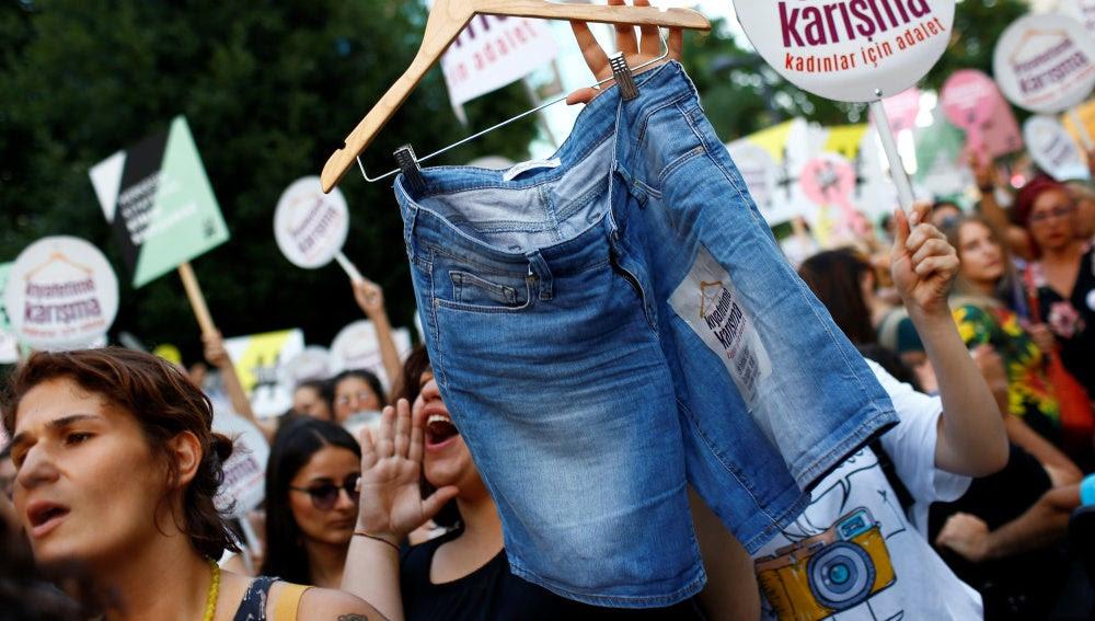 Cientos de turcas se manifiestan en Estambul para protestar contra el código de vestimenta islámico