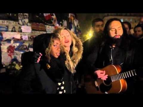 parigi, madonna canta a place de la république (video)