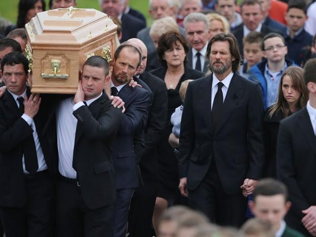 Jim Carrey durante o funeral de sua ex-namorada Cathriona White, neste sábado, na Irlanda (Foto: Niall Carson/PA via AP)