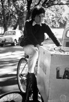 [Fotografía en blando y negro de Alejandra Pizarnik montando en bicicleta