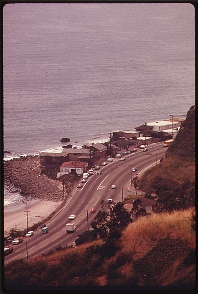 File:LOOKING DOWN FROM THE SANTA MONICA MOUNTAINS TOWARDS HIGHWAY ^1 NEAR MALIBU, CALIFORNIA, ON THE NORTHERN EDGE OF LOS... - NARA - 557524.jpg
