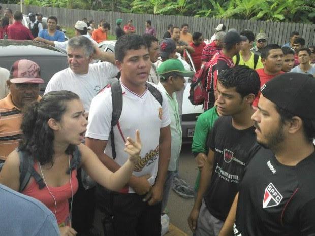 Estudantes protestam contra qualidade dos ônibus, em Senador Guiomard (Foto: Tiago Teles/Arquivo pessoal)