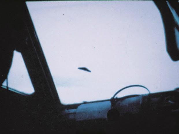 Objeto com tamanho estimado em 40 m de diâmetro que teria sido fotografado entre Manaus e Belém, sobre a floresta, em 1976, segundo a Revista UFO (Foto: Revista UFO)