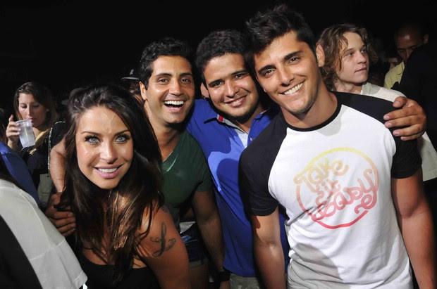 Lizzi Benites e Bruno Gissoni com amigos em show do Exaltasamba no Rio (Foto: Ari Kaye/ Divulgação)