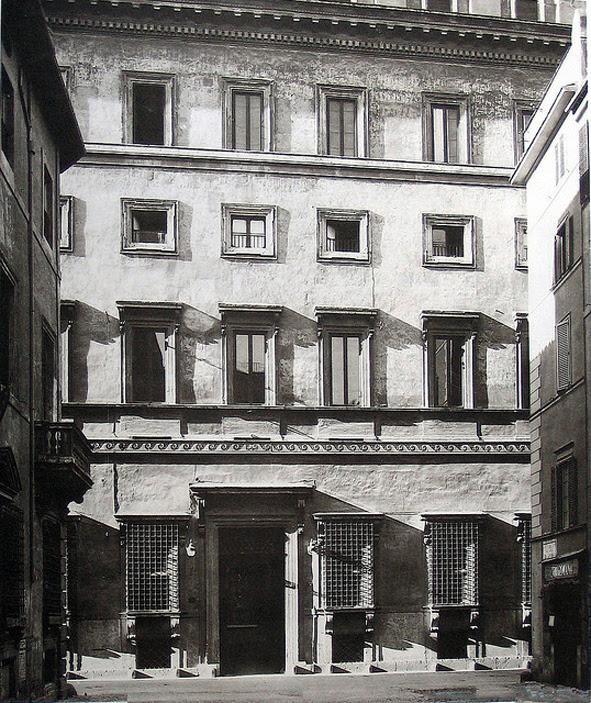 Palazzo Caetani in via delle Botteghe Oscure in una foto del 1930