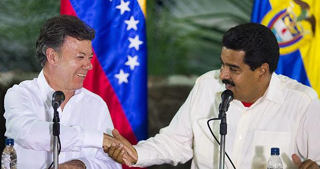 El presidente de Venezuela, Nicolás Maduro, y su homólogo de Colombia, Juan Manuel Santos, se saludan durante su encuentro en Puerto Ayacucho (Venezuela).