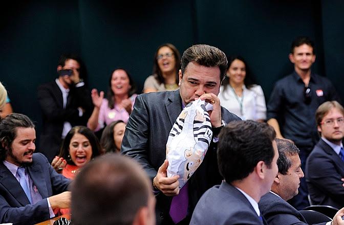 (O deputado Marco Feliciano faz serviço de sopro no pixuleco de Lula)