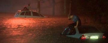 Chuva alaga ruas e causa prejuízos em S. José dos Campos (Reprodução/TV Vanguarda)