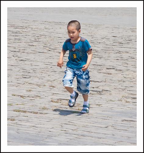 rennende jongen in China by hans van egdom