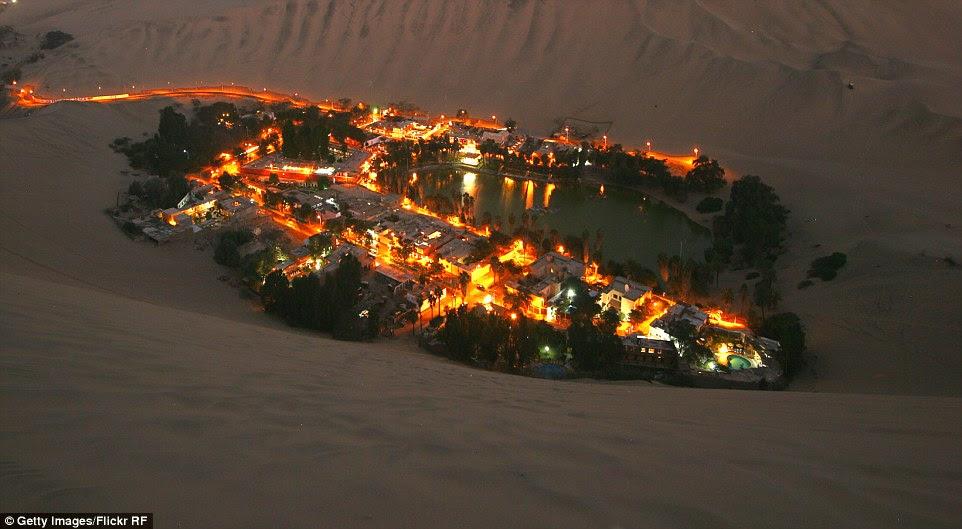 Huacachina na noite: vistas mágicas do assentamento deserto, uma cidade próspera no meio da areia