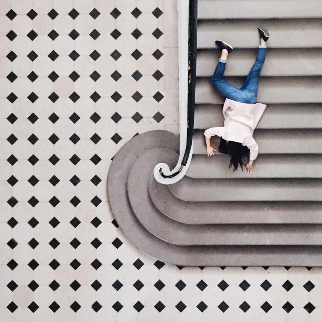 As criativas fotos de um casal que viaja o mundo brincado com a arquitetura 11