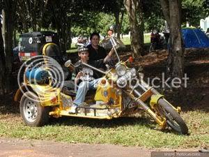 foto mãe e filho no triciclo construído pelo pai