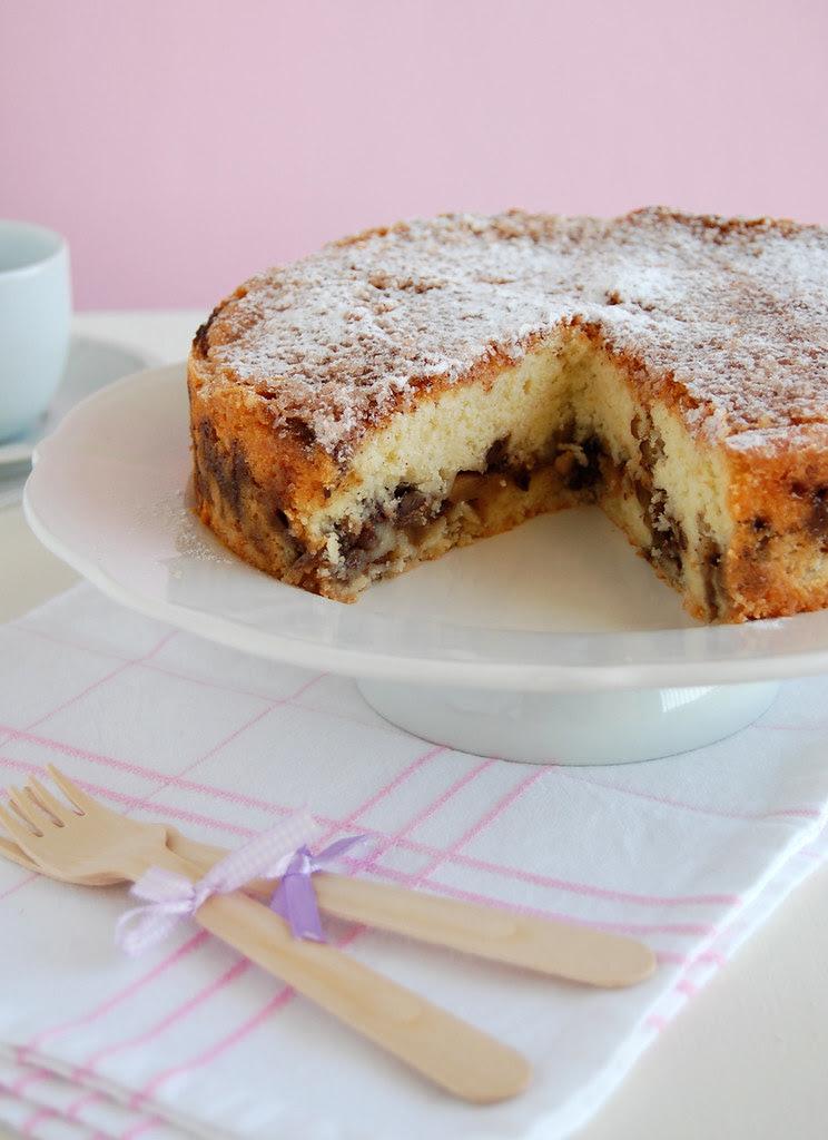 Apple pecan coffee cake with cinnamon sugar topping / Bolo de maçã e pecã com cobertura de açúcar e canela