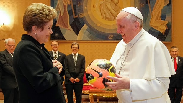 Papa Francisco e a presidente Dilma: só ajuda dos céus salva | Foto: Roberto Stuckert Filho PR