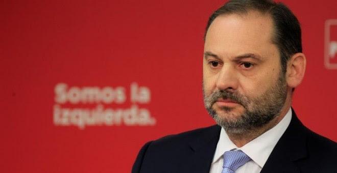 El secretario de Organización del PSOE, José Luis Ábalos, durante la rueda de prensa que ha ofrecido hoy en la sede de Ferraz. / EFE