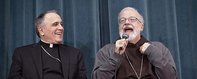El arzobispo de Houston (izda.) y el cardenal capuchino de Boston, en la rueda de prensa de ayer. | Efe