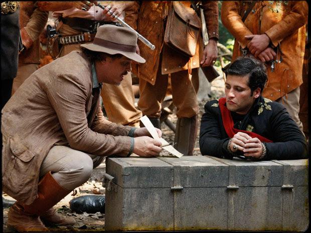 Muito fraco, Timóteo resolve assinar documento abdicando do trono (Foto: Cordel Encantado/Tv Globo)