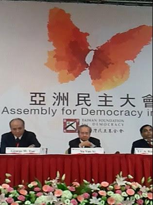Chủ tọa Khoáng đại 2 về thành quả Đại hội : Giáo sư George W. Tsai (bên trái), G.s Võ Văn Ái (bên phải)