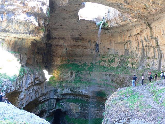 Καταρράκτης μέσα σε σπήλαιο
