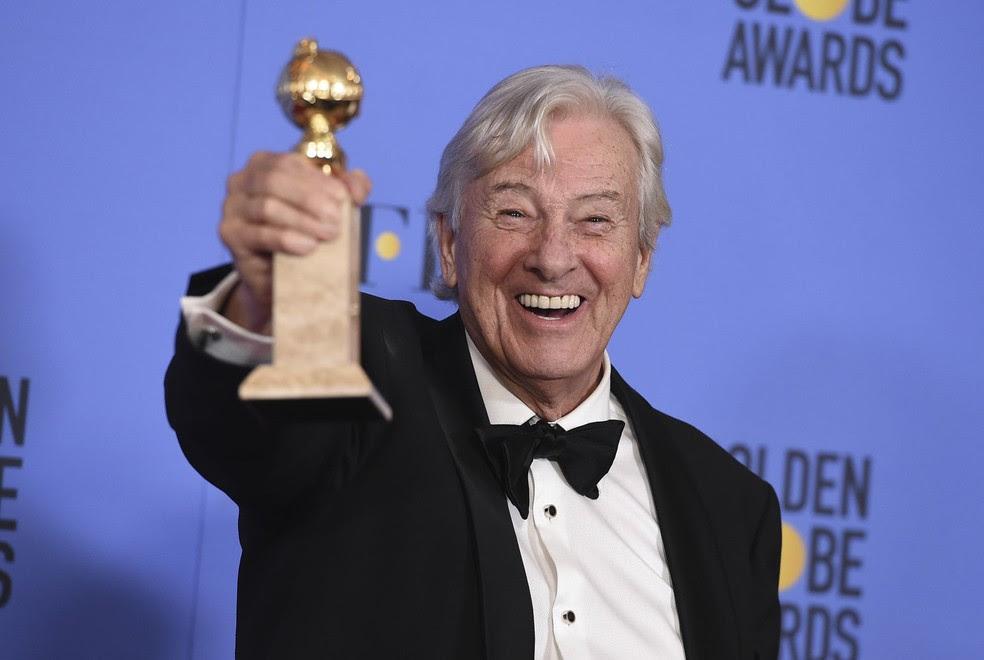 O cineasta holandês Paul Verhoeven comemora o Globo de Ouro de melhor filme em língua estrangeira, que ele venceu com 'Elle' (Foto: ordan Strauss/Invision/AP)