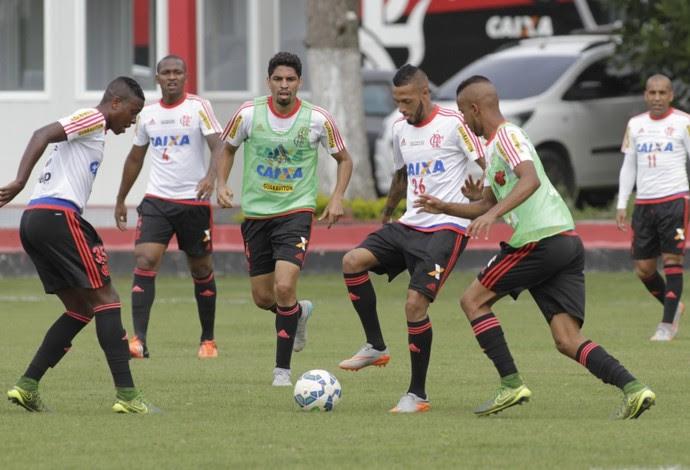 Wallace treinou com o colete do time reserva nesta sexta (Foto: Gilvan de Souza / Flamengo)