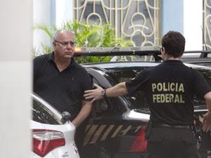 O ex-diretor de serviço da Petrobras, Renato Duque, chega a sede da Polícia Federal no Rio de Janeiro (Foto: Márcia Foletto/Agência O Globo)