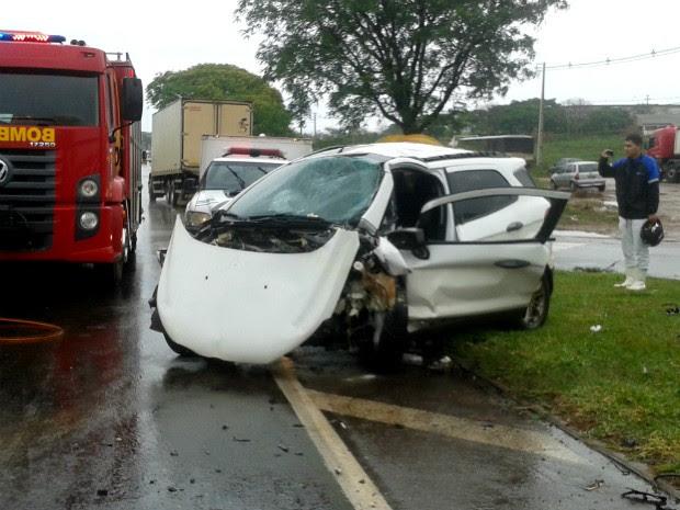 Casal que estava no carro de Dourados foi levado para o hospital Santa Casa de Paranavaí (Foto: Luciane Cordeiro/ G1 Paraná)