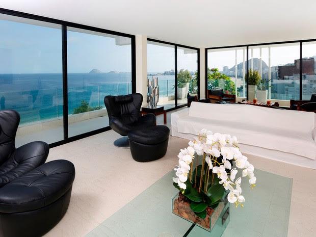 Cobertura linear em Copacabana de 900 m2 conta com quatro suítes, vista da orla e jardim especial. A diária é confidencial (Foto: Alexandre Bensimon/Divulgação)