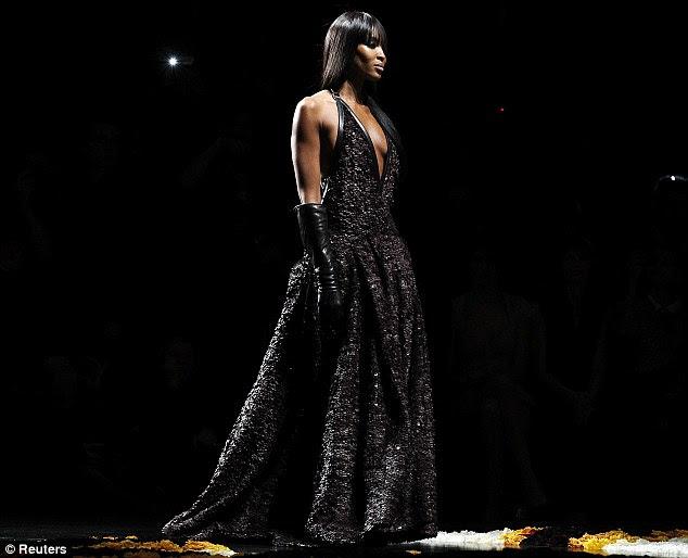 Glamour lindo: Naomi juntou o vestido sem costas mergulhando com um par de luvas de couro cotovelos
