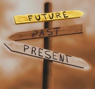 Imagen de una señalización de cruce de carreteras que indica Futuro, Pasado y Presente