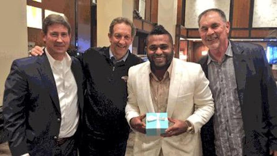 Pablo Sandoval recibe su anillo de Serie Mundial