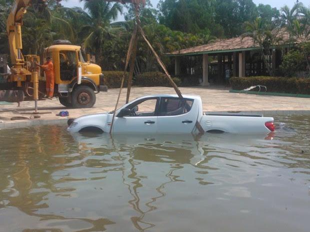 Carro caiu em piscina de um hotel em Balsas, no Maranhão. (Foto: G1/Maranhão)
