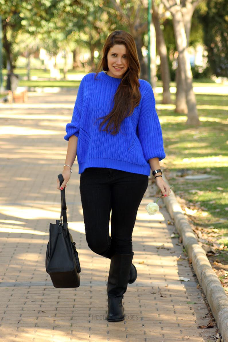 jeans-negros-y-jersey-azul-eléctrico-heelsandroses-(6)