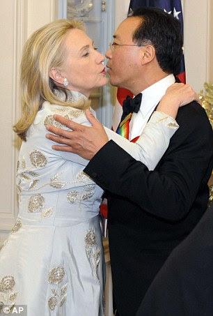 Socialização: cumprimenta Hilary violoncelista honoree Yo-Yo Ma com um beijo, enquanto seu marido, o ex-presidente Bill Clinton, tem um bate-papo com o músico talentoso