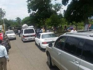 Bloquean carretera para evitar retiren equipos asfaltaban calles en Loma de Cabrera