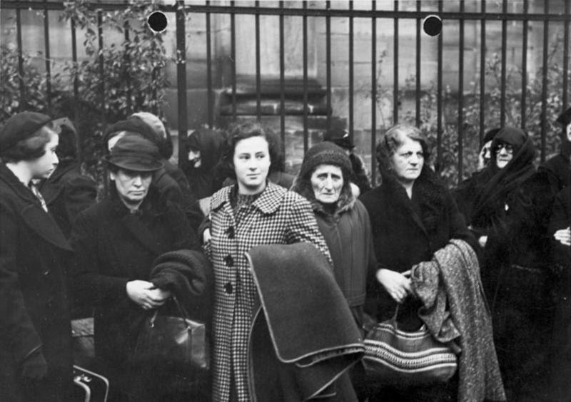 File:Bundesarchiv Bild 146-1982-174-27, Nürnberg, Ausweisung polnischer Juden.jpg