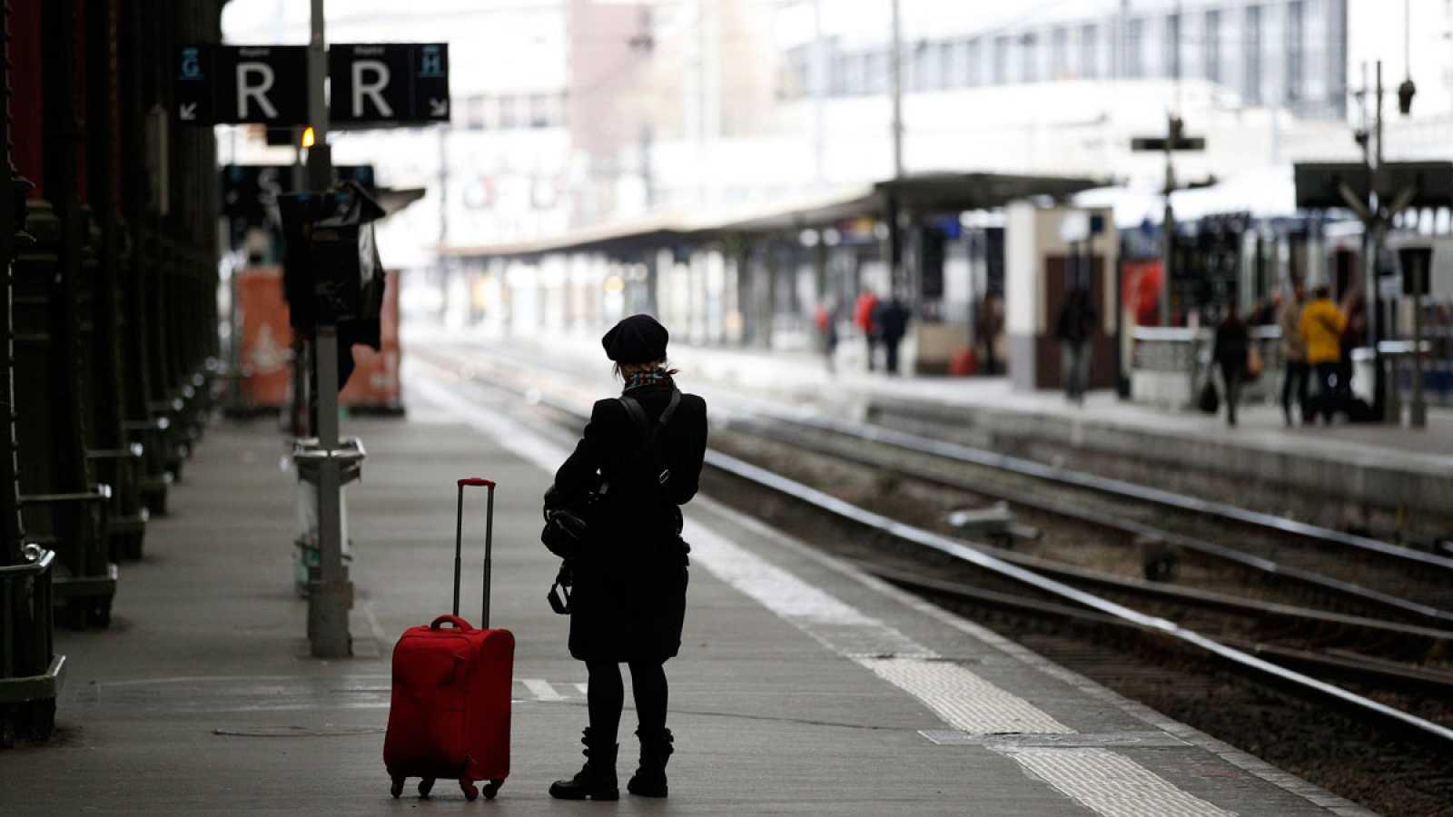 Un pasajero espera en la estación de tren Gare de Lyon, en París