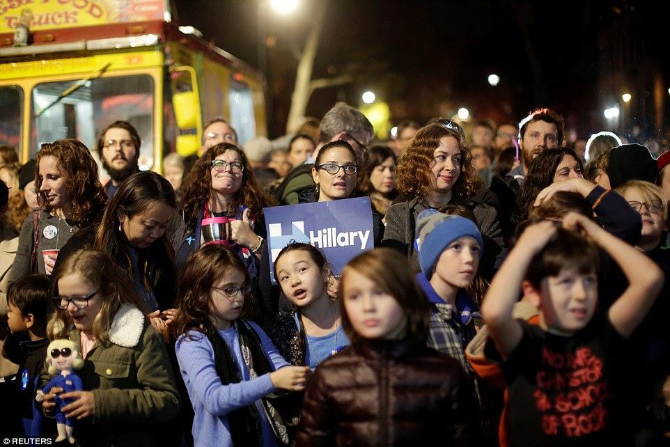 apoiadores de Clinton reagir a resultados eleitorais em um comício no bairro Brooklyn de Nova York na terça-feira