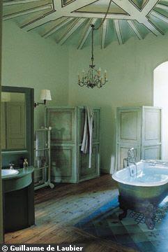 Dans la salle de bains de la chambre « Baroque »