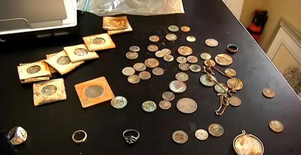 Casal encontrou dezenas de moedas, joias e um anel da marinha americana. (Foto: Reprodução)